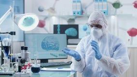 Forskaren i det moderna laboratoriumet som b?r AR-exponeringsglas, arbetar och l?r i utrymme 3D lager videofilmer