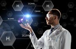 Forskaren i labb rullar med ögonen kemisk formel Arkivfoton