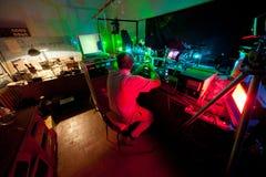 Forskareplats på stol och forskning i hans laboratorium Arkivbild