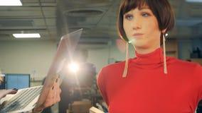 Forskarerobotteknik som arbetar med den moderna roboten stock video