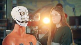 Forskarerobotteknikkontroller arbetande robot, slut upp arkivfilmer