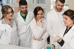 Forskarestudenter med läraren In Lab Classrom arkivbilder