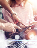 Forskning för marknad för global för symbolsgraf för anslutning faktisk manöverenhet online- Unga Coworkers Team Analyze Meeting  Arkivbild