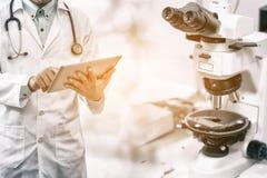 Forskningbegrepp för medicinsk vetenskap royaltyfri foto