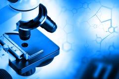 Forskningmikroskop med den strukturella formeln för molekyl - forskning arkivbild