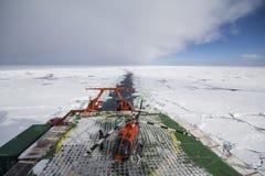 Forskningskyttel som kryssar omkring i is och helipad Royaltyfri Bild