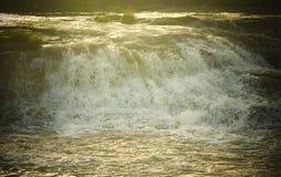 Forsowny przepływ woda z Jaskrawym światłem słonecznym Naturalny Aqua tło - powódź - zdjęcie royalty free
