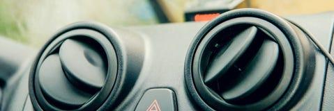 FORSSA, ФИНЛЯНДИЯ - 30-ОЕ МАЯ 2015: Новая, белая припаркованная тележка Volvo FH Большой гриль был сформирован в определенном пут стоковые фотографии rf
