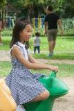 Forsståenden av asiatiska barn parkerar offentligt Arkivfoto