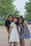 Forsståenden av asiatiska barn parkerar offentligt Arkivbilder