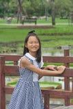 Forsståenden av asiatiska barn parkerar offentligt Arkivbild