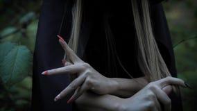 forst的妇女惊吓与她锋利的钉子 影视素材