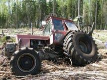 Forstwirtschaftstraktor Weißrusslands Mtz 82 fest im tiefen Schlamm Lizenzfreie Stockfotos