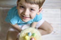 2 forsują pisklęca pojęcia Easter jajek kwiatów trawa malujących umieszczających potomstwa Szczęśliwy śliczny dziecko jest ubrany Obrazy Royalty Free