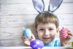 2 forsują pisklęca pojęcia Easter jajek kwiatów trawa malujących umieszczających potomstwa Szczęśliwy śliczny dziecko jest ubrany Zdjęcia Royalty Free