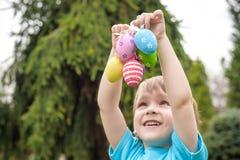 2 forsują pisklęca pojęcia Easter jajek kwiatów trawa malujących umieszczających potomstwa Szczęśliwy śliczny dziecko jest ubrany Obraz Royalty Free