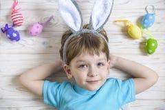 2 forsują pisklęca pojęcia Easter jajek kwiatów trawa malujących umieszczających potomstwa Szczęśliwy śliczny dziecko jest ubrany Fotografia Royalty Free