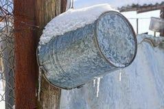 Forsuje obwieszenie na ulicie pod śniegiem i soplami zdjęcie stock
