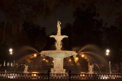 Forsyth大草原, GA公园喷泉在晚上 免版税库存照片