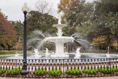 Forsyth parkerar historiska Savannah Georgia för springbrunnen GUMMIN Arkivbilder
