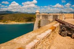 Fort卡斯蒂略del莫罗,圣地亚哥,古巴内在围场和墙壁 老堡垒的大炮和本营 免版税库存照片