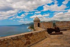 Fort卡斯蒂略del莫罗,圣地亚哥,古巴内在围场和墙壁 老堡垒的大炮和本营 免版税图库摄影