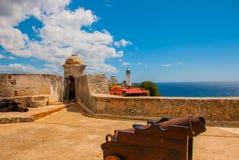 Fort卡斯蒂略del莫罗,圣地亚哥,古巴内在围场和墙壁 老堡垒的大炮和本营 库存照片