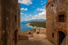 Fort卡斯蒂略del莫罗,圣地亚哥,古巴:从本营的墙壁打开Th海岸线的难以置信的秀丽视图  免版税图库摄影