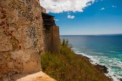 Fort卡斯蒂略del莫罗,圣地亚哥,古巴:从本营的墙壁打开Th海岸线的难以置信的秀丽视图  库存图片