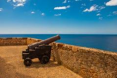 Fort卡斯蒂略del莫罗,城堡圣佩德罗火山de la Roca del Morro,圣地亚哥,古巴:开枪在堡垒墙壁在海湾 免版税图库摄影