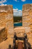 Fort卡斯蒂略del莫罗,城堡圣佩德罗火山de la Roca del Morro,圣地亚哥,古巴:开枪在堡垒墙壁在海湾 免版税库存图片