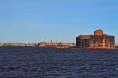 Fort Alexander I i golfen av Finland och sikt av Kronstadt, St Petersburg, Ryssland Arkivfoton