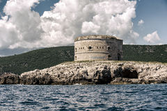 Fort Arza, Zanjic, de Baai van Boka Kotorska, Montenegro Stock Foto's