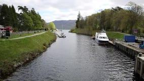 Fort Augustus Scotland UK var den Caledonian kanalen möter Loch Ness lager videofilmer