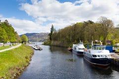 Fort Augustus Scotland UK var den Caledonian kanalen möter Loch Ness Arkivfoton