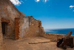 Fort Castillo del Moro, Santiago De Cuba, för Kuba inre gård och väggar Kanoner och bastioner av den gamla fästningen arkivbilder