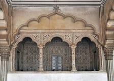 Fort d'Agra - balcon pour le trône d'empereur et de paon Photos stock