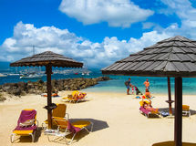Fort-de-France, la Martinica - 8 febbraio 2013: Piccole barche e spiaggia sulla costa della Martinica Fotografie Stock Libere da Diritti