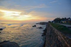 Fort de Galle, Sri Lanka - 4 mai 2018 : Vue du mur en pierre de la ville et de l'océan au coucher du soleil photo stock