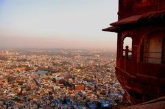 Fort de Mehrangarh avec la ville de Jodhpur à l'arrière-plan Photographie stock libre de droits