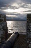 Fort George Canon som förbiser den Beauley firthen Royaltyfri Foto