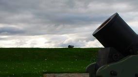 """Fort George, Inverness, Förenade kungariket †""""20 august 2017: Bombardera och kanonen på en fortGeorge invallning stock video"""