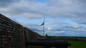 """Fort George, Inverness, Förenade kungariket †""""20 august 2017: Den skotska flaggan vinkar i halva till fortet george lager videofilmer"""