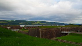"Fort George, Inverness, Förenade kungariket †""20 august 2017: Sikt av havet och ravelinoffortet George stock video"