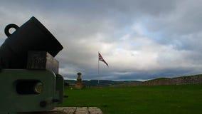 """Fort George, Inverness, het Verenigd Koninkrijk †""""20 augustus 2017: Bombardeer en Britse vlag bij Fort George stock video"""