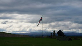 "Fort George, Inverness, het Verenigd Koninkrijk †""20 augustus 2017: Bombardeer en Engelse vlag boven Fortgeorge ` s hoofdingang stock video"
