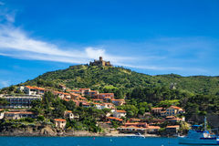 Fort heilige Elme en huizen door het overzees in Collioure Stock Afbeeldingen