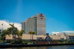 FORT LAUDERDALE, США - 11-ОЕ ИЮЛЯ 2017: Красивое большое здание гостиницы Hilton в городе Fort Lauderdale, Флориды Стоковая Фотография