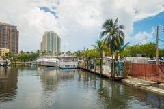 FORT LAUDERDALE, США - 11-ОЕ ИЮЛЯ 2017: Много шлюпок показанных в пристани на Fort Lauderdale, Флориде Стоковое Изображение RF