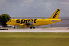 FORT LAUDERDALE, США - 24-ое мая 2015: Аэробус A320 авиакомпаний духа ездя на такси на международном аэропорте Fort Lauderdale/Го Стоковые Изображения